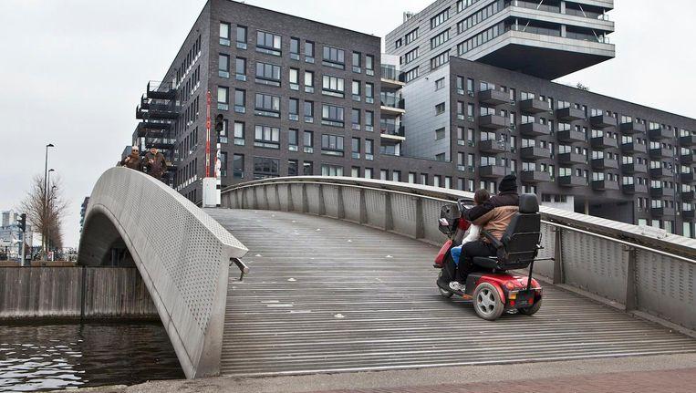 Amsterdammers met gezondheidsproblemen betalen een eigen bijdrage voor bijvoorbeeld hulp in de huishouding, een scootmobiel of een traplift Beeld Floris Lok