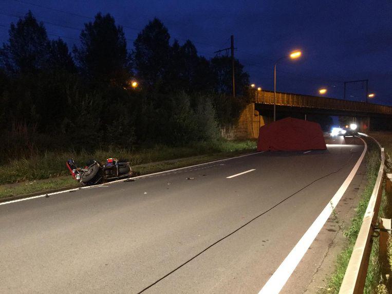 De motorrijder werd van zijn motorfiets weggeslingerd, net voor de Temsebrug.