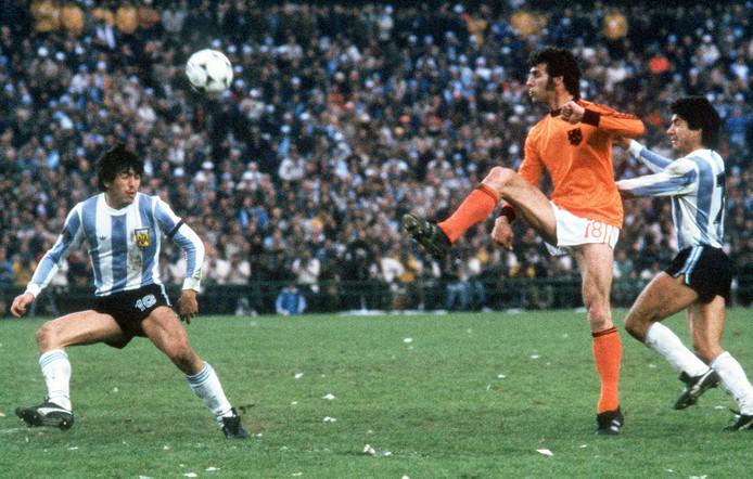 25 juni 1978, de finale: Argentinië - Nederland 3-1. Dick Nanninga (m) in duel met Daniel Passarella (l) en Omar Larrossa.  Op  twitter is ook dit duel deze maand 'live' van minuut tot minuut te volgen.
