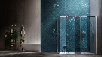 Luxe in de badkamer: goud, marmer, behangpapier, een tv, ...