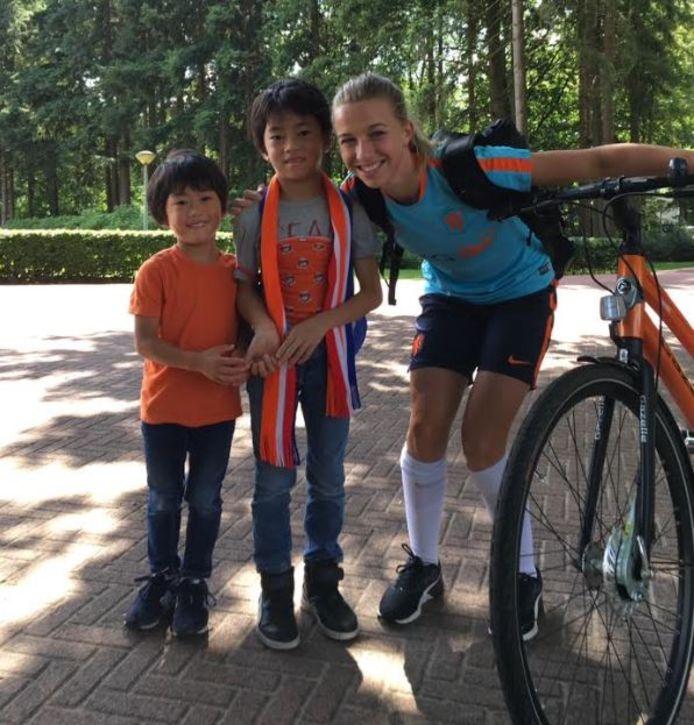 Jackie Groenen met Michael zijn zoons.