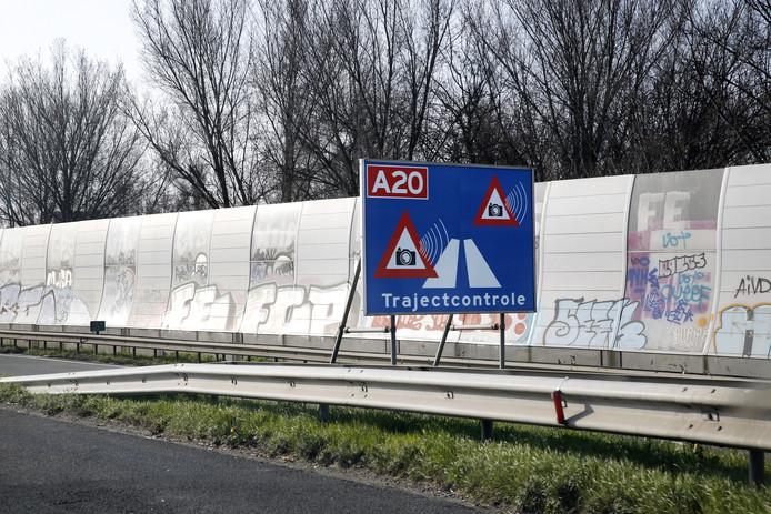 Een bord geeft de trajectcontrole op de A20 vlakbij Rotterdam aan