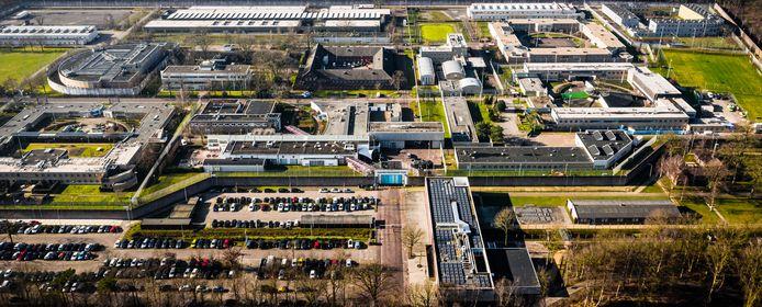 Het nieuwe entreegebouw komt aan de noordwestzijde van het gevangenisterrein, aan de Van Brederodelaan. Op de plek waar nu asfalt ligt (linksboven).