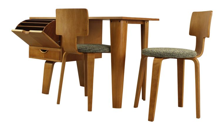 Zeldzaam trio van plywood. Richtprijs: bureau 3650 euro, stoelen 1850 euro Beeld .