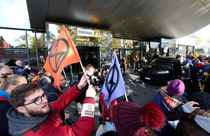 Les manifestants ont envahi l'entrée du terminal de l'aéroport de Genève