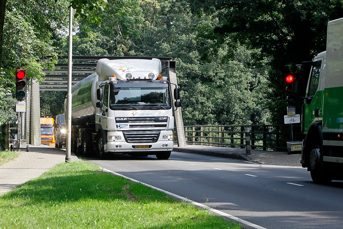 De gemeente Lochem wil samen met voorbijgangers een plan opstellen om het veiligheidsgevoel op de brug bij de Stationsweg te verbeteren.