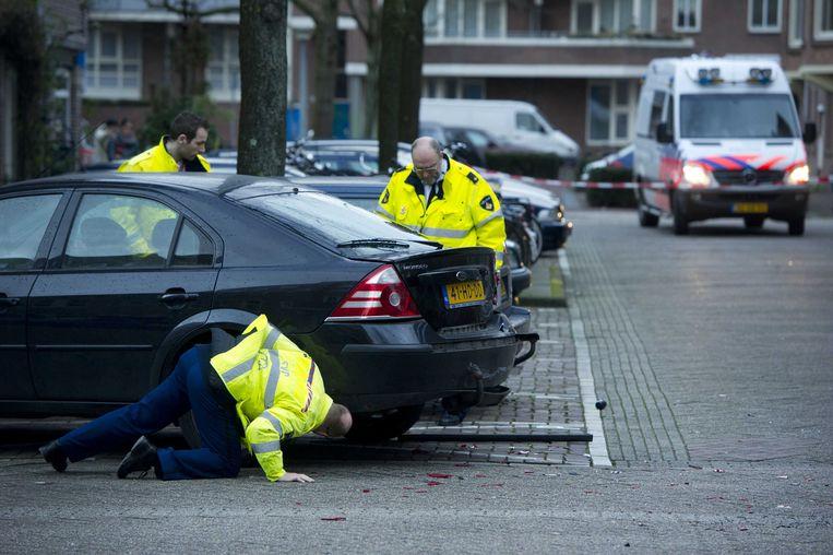 2012: Politie onderzoekt een auto in de Schaepmanstraat in de Amsterdamse Staatsliedenbuurt, waar de dubbele liquidatie plaatsvond waar Fred R. bij betrokken zou zijn. Beeld null