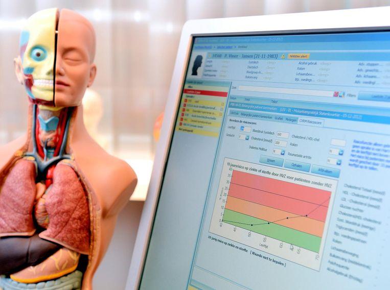 Een anatomisch model en het elektronisch patiëntendossier in een huisartsenpraktijk.  Beeld ANP