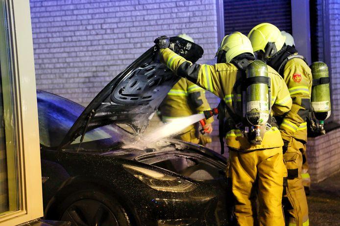 De Tesla stond in brand op een oprit.