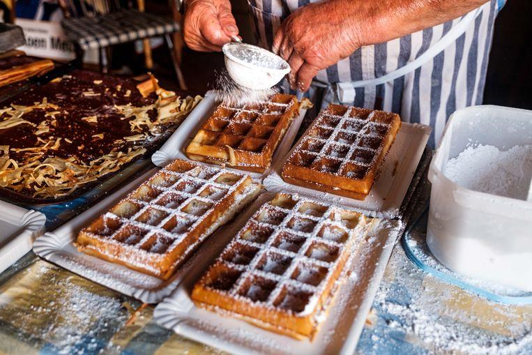 'Pirre' Mampaey bakt wafels in café Olijftak ter ere van de Vlaamse feestdag.