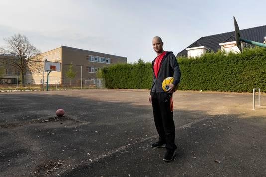 Zo lag het sportveldje naast het Cambium College in Zaltbommel er voor de opknapbeurt bij. Gymleraar  Coen Spierings kwam met het idee om het op te knappen.