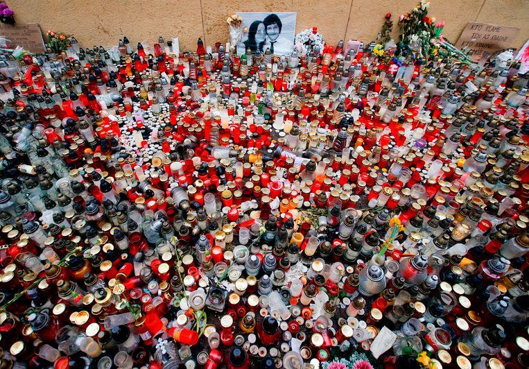 Kaarsen en bloemen voor Ján Kuciak en zijn verloofde Martina Kusnirova in Bratislava in 2018. Beeld AP