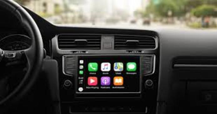 Apple Carplay. De bediening van de smartphone in de auto gaat met de stem. Handig, maar volgens de SWOV leidt het af van de kerntaak: autorijden.