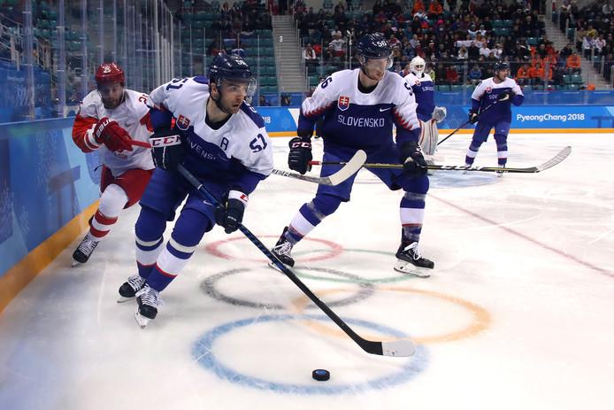 De Slowaakse ijshockeyers in actie tegen Rusland.