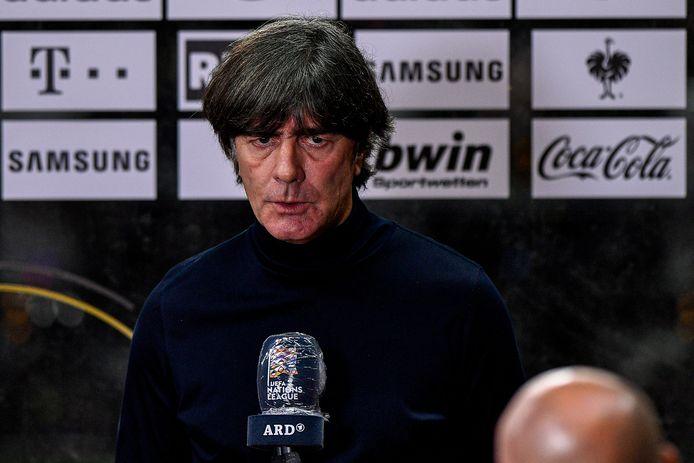 Joachim Löw zoekt een verklaring na de smadelijke 6-0-nederlaag tegen Spanje.