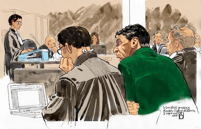 Rechtbanktekening: (vlnr) officieren van justitie Sabine Tammes en Lars Stempher, advocaat Robert Malewicz, Willem Holleeder en advocaat Sander Janssen, tijdens de voortzetting van de strafzaak.