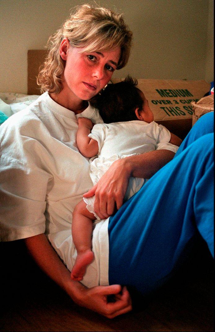 Sur cette photo, prise en juillet 1997, Mary Kate tient le bébé qu'elle a eu avec son élève.
