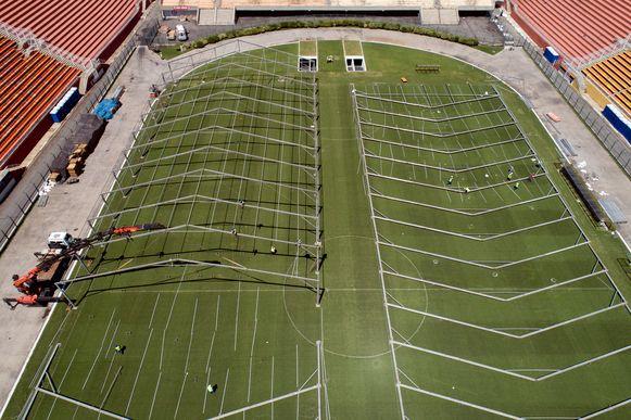 In het Estádio do Pacaembu van São Paulo is men druk in de weer om een veldhospitaal in de richten. Nu wordt ook een dergelijke constructie in het Maracanã opgesteld.