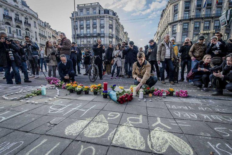 Op het Brusselse Beursplein tonen Belgen hun solidariteit. Beeld anp