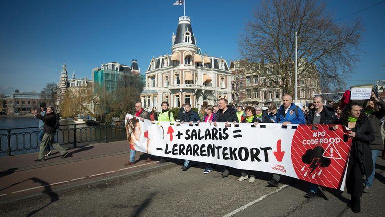 In maart liepen leraren een demonstratieve mars in Amsterdam tegen de lage salarissen en te hoge werkdruk. Beeld anp