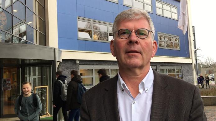 Nico Woonink, bestuurder van het Staring College in Lochem, heeft geen aanwijzingen dat de docent erin is geluisd.