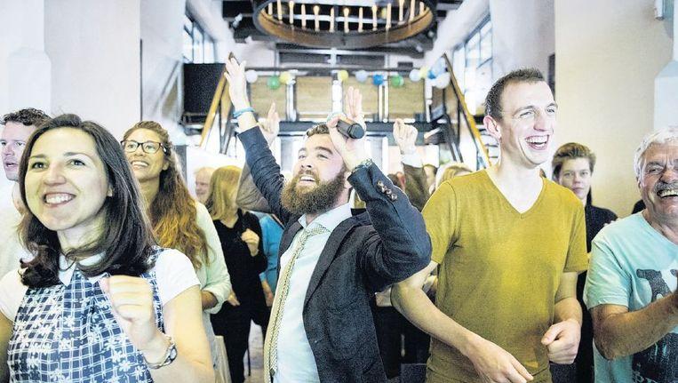 Er wordt vrolijk gedanst tijdens de dienst van Sunday Assembly in Amsterdam, ook door leider Jan Willem van Straten (met baard). Beeld Patrick Post
