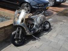 Scooter gaat in vlammen op aan Hardewater in Barendrecht