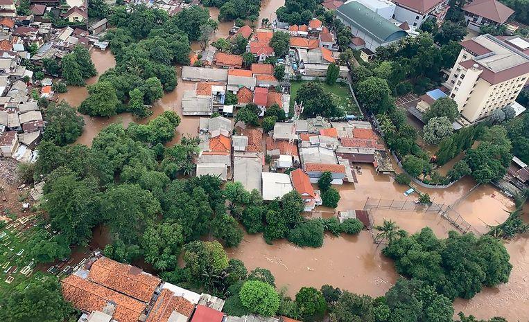 Grote delen van Jakarta staan onder water. Beeld AFP