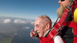 Dilbekenaar Karel (94) verliest schoenen bij parachutesprong