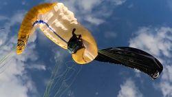 Bloedstollend moment wanneer paragliders verstrikt raken in de lucht
