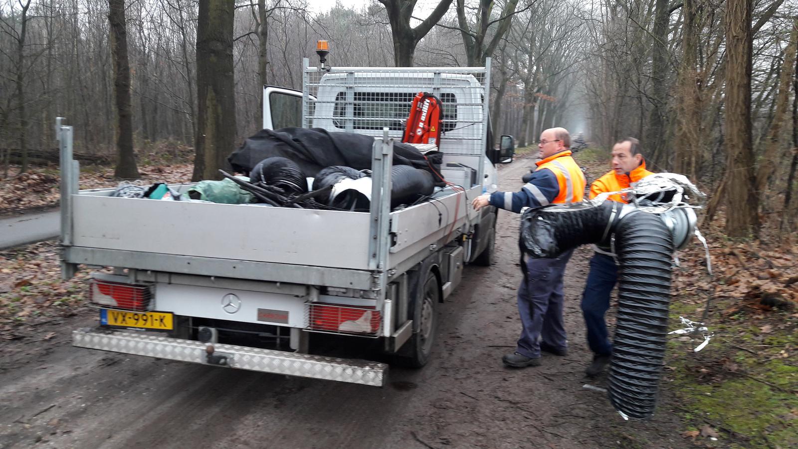 Het Klussenteam Berghem van IBN ruimt de gedumpte inventaris van de de kwekerij op.