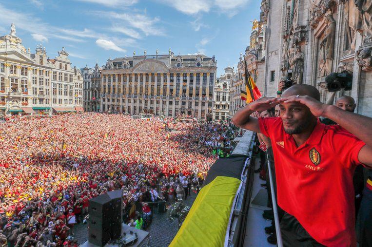 Rode Duivel Vincent Kompany op het balkon van de het stadhuis te Brussel tijdens de huldiging voor de derde plaats op het WK afgelopen zomer. Beeld Reuters