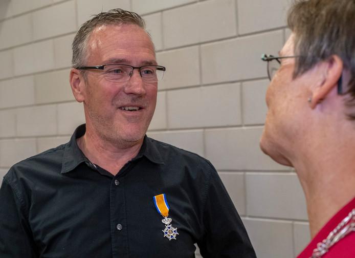 Erik van Duuren wordt gefeliciteerd door burgemeester Ger van de Velde.
