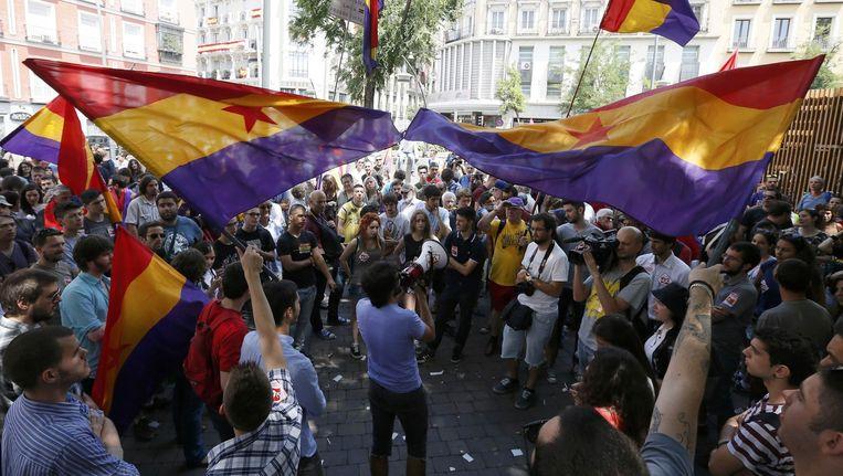 Demonstranten zwaaien met republikeinse vlaggen tijdens een kleinschalig protest in Madrid. Beeld reuters