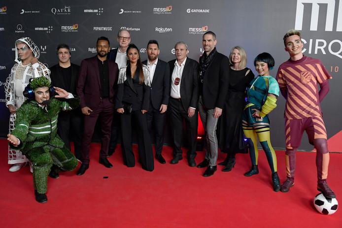 Lionel Messi, Antonella Roccuzzo en de artiesten van Cirque de Soleil.