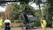 Porsche crasht tegen boom en breekt in twee stukken: één dode en één zwaargewonde