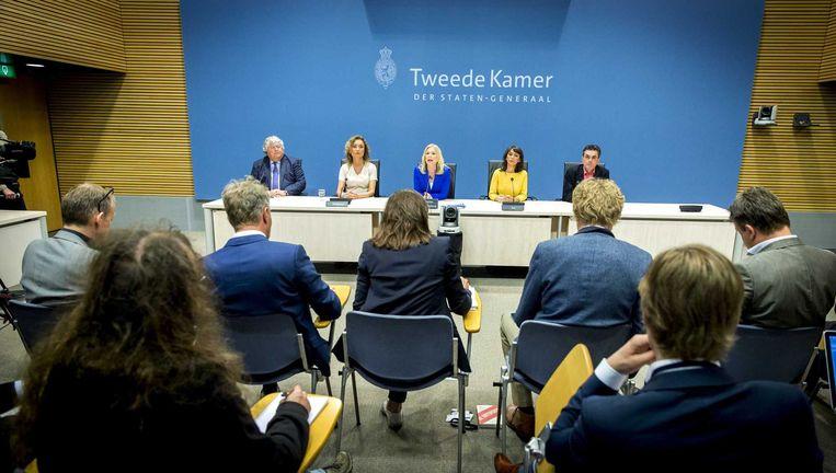 Commissieleden (VLNR) Ton Elias (VVD), Vera Bergkamp (D66), commissievoorzitter Madeleine van Toorenburg (CDA), ondervoorzitter Mei Li Vos (PvdA) en Henk van Gerven (SP) van de parlementaire enquetecommissie Fyra. Beeld anp