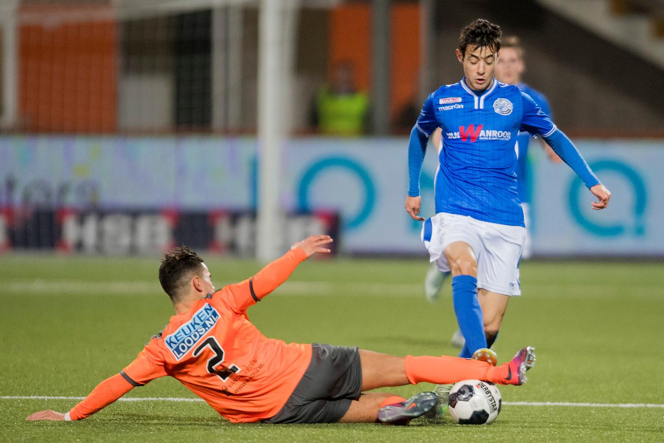 Zija Azizov (rechts), hier eerder voor FC Den Bosch in actie tegen Volendam, speelt komend seizoen wellicht bij de beloften van NEC.