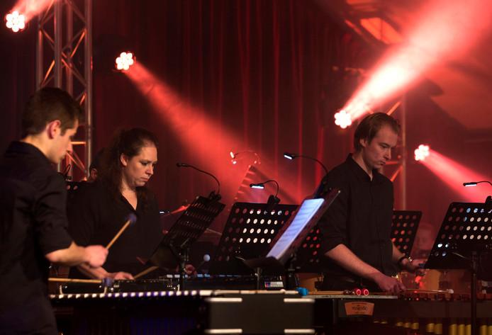 De percussionisten van de Volharding uit Stokkum in actie.