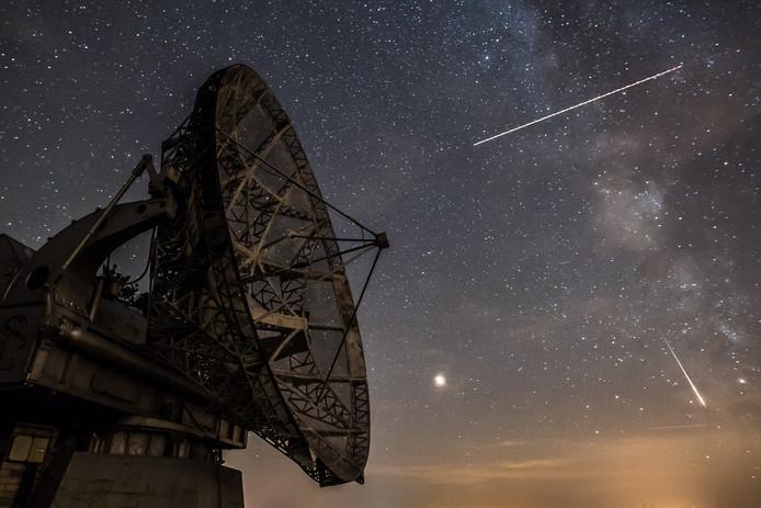 De aarde kruist jaarlijks een aantal meteorenzwermen, wat voor spektakel aan de hemel zorgt.