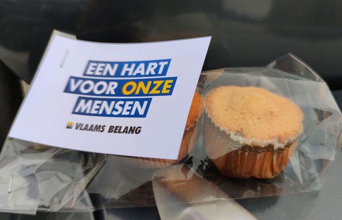 Leden van Vlaams Belang Roosdaal overhandigden 300 zelfgebakken koekjes aan het personeel van wzc Onze-Lieve-Vrouw