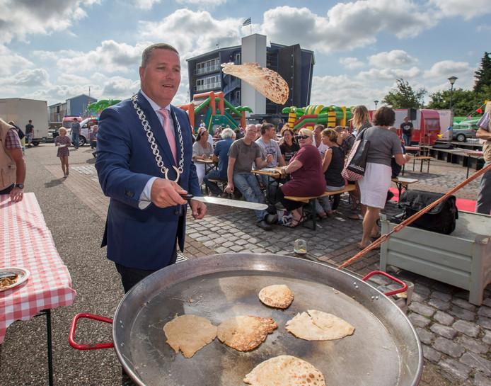 Burgemeester Marcel Delhez van NoordBeveland laat zijn bakkunsten zien bij de Havenfeesten in Kortgene.