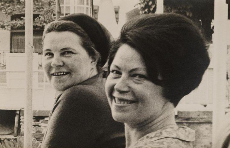 Corrie, links, en Diny Voskuijl circa 1963 Beeld uit familiealbum Voskuijl