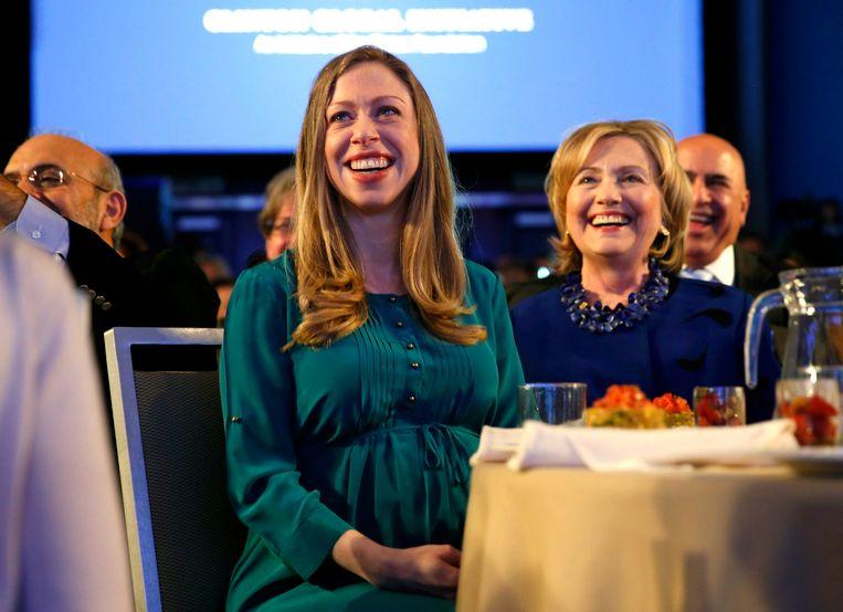 Chelsea en Hillary Clinton. Beeld null