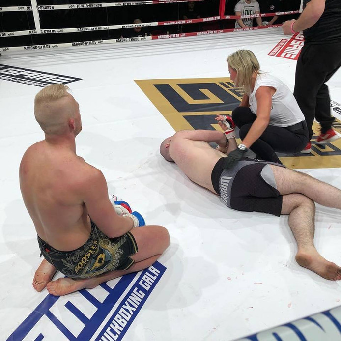 MMA-vechter Pim Kusters (links) uit Mierlo