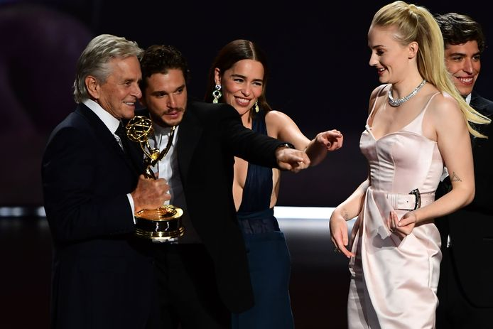 Michale Douglas, Kit Harington, Emilia Clarke en Sophie Turner met de Emmy.