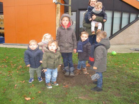 Kindjes van het kinderdagverblijf bij één van de geplante bomen