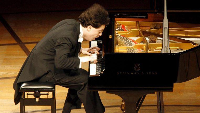 Evgeni Kissin achter zijn piano tijdens zijn concert in 2006. Beeld EPA