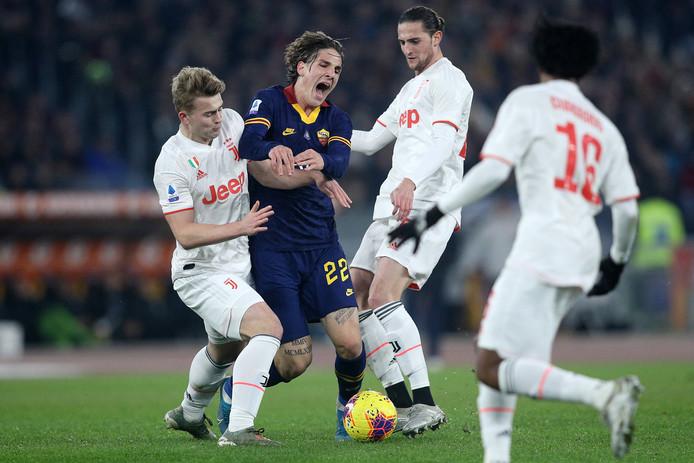 Nicolo Zaniolo botst tegen Matthijs De Ligt en loopt een zware knieblessure.