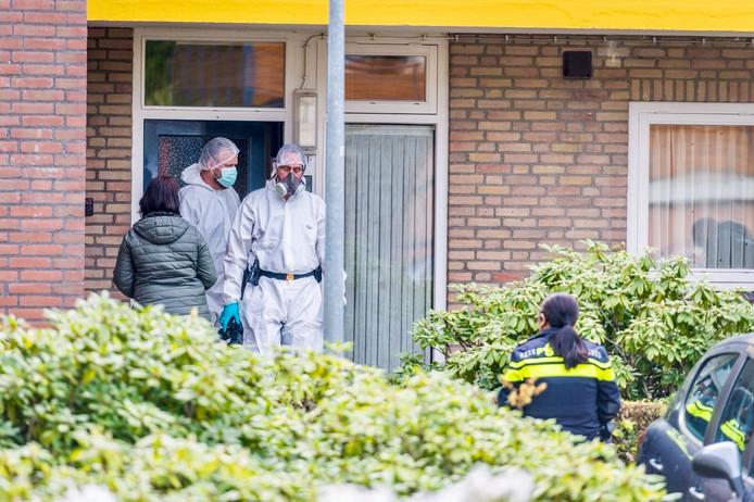 In een woning aan de Bernardstraat in Nuenen werd de dode vader  gevonden. Mogelijk lag hij weken dood in het huis.